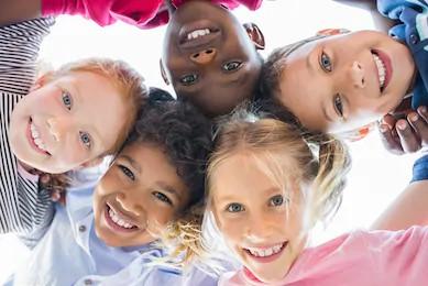verschillende kleuren kindergezichten